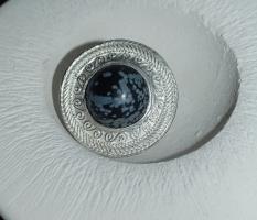 Ring mit Schneeflockenobsidian-Halbkugel