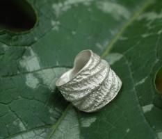 Ausdrucksstarke Ringe,mit natürlicher Oberflächenstruktur
