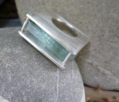 Ring mit roher Aquamarin-Nadel