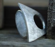 Ring mit ovalem Regenbogenmondstein