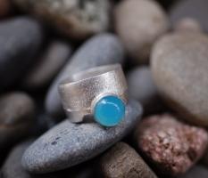 Texturring mit leuchtend blauem Calcedon