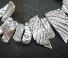 Biwa-Perlenkette, mit silbernem Buchenblatt